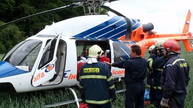 Při tragické nehodě na železnici u Chropyně zahynul mladý muž, druhý byl s vážnými poraněními transportován do nemocnice.