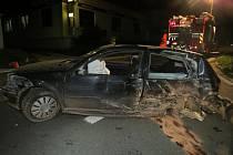 Dopravní značku, sloup veřejného osvětlení a nakonec betonový rozvaděč se svým autem postupně trefil mladý řidič, který v pondělí 7. září večer nezvládl řízení ve Zdounkách.