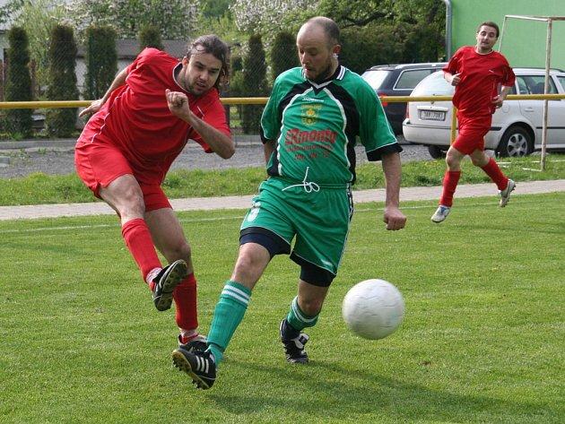 V květnu se ve finále radovali hráči Kyselovic (v červeném).