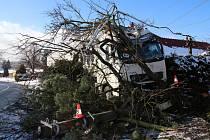 VYJEL MIMO CEST A HAVAROVAL. Jen na autě škoda dosahovala 300 tisíc korun, na dalším majetku pak 200 tisíc korun.