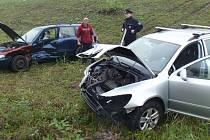 Při sobotní nehodě u Střílek se dvě auta dostala mimo silnici