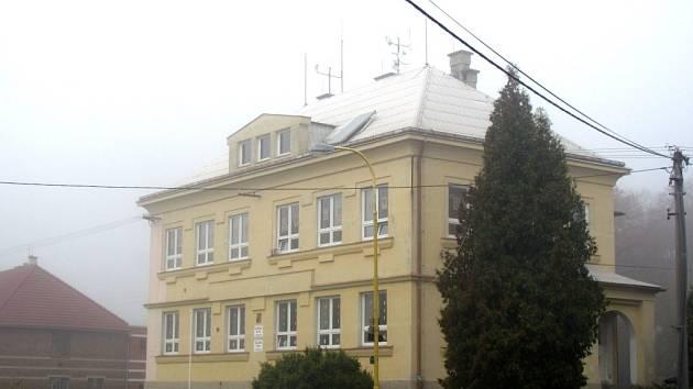 Základní a mateřská škola v Pravčicích má novou hydroizolaci.