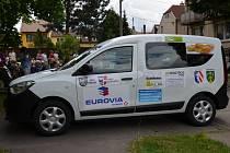 Centrum pro seniory v Holešově převzalo nový sociální vůz, přispěla na něj řada místních firem a organizací.