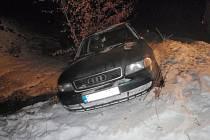 Osobní Audi vyjelo v sobotu 28.1. u Rajnochovic mimo komunikaci a zůstalo stát nad korytem potoka, převrácení zabránily jen dva menší stromky o které se auto opřelo. Nehoda se tak obešla bez zranění.