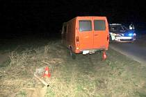Mimo cestu skončil v neděli tři hodiny po půlnoci se svým autem opilý řidič mezi obcemi Zahnašovice a Míškovice. Po nehodě nadýchal 2,15 promile alkoholu.