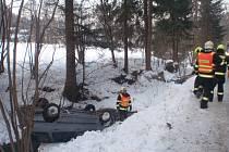 """Dvě jednotky profesionálních hasičů musely v pondělí odpoledne v Rajnochovicích vyprošťovat osobní auto, které se po dopravní nehodě převrátilo na střechu a skončilo v korytě potoka. """"K žádnému zranění nedošlo, pomoci ale hasičům musel vyprošťovací vůz z"""