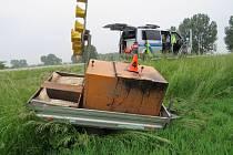 Až po osmdesáti kilometrech zjistil řidič Peugeotu Boxer, že ztratil mezi Hulínem a Břestem přívěsný vozík za auto.