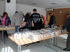 V kroměřížské knihovně rozprodali vyřazené knihy.