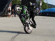 """KASKADÉRSKÁ MOTO SHOW. Dech beroucí triky předvedli se svými motorkami borci Adam Peschel a Mirek """"Sporťák"""" Frey."""
