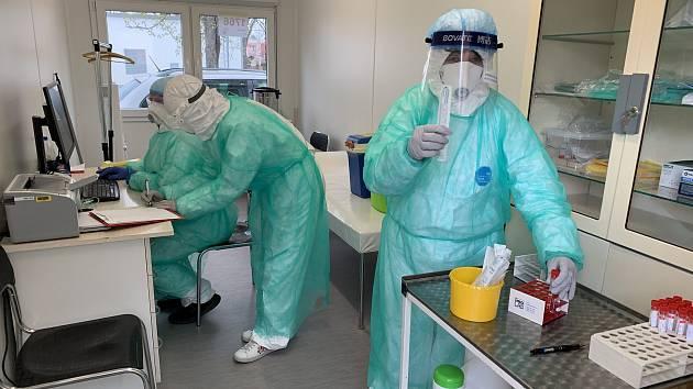 Blanka Matějková (vpravo) a kolegyně při odebírání vzorků od pacientů s podezřením na nákazu novým typem koronaviru.