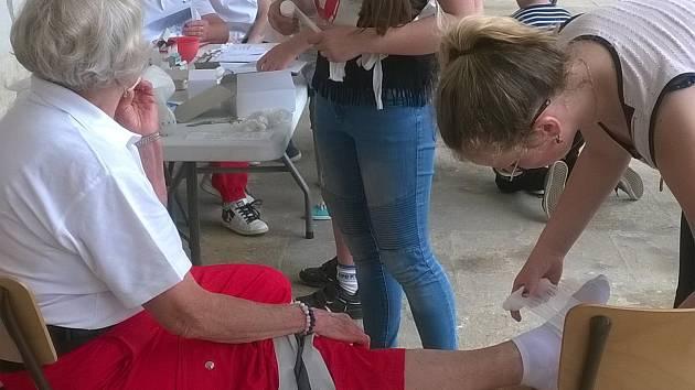 Okresní kolo soutěže mladých zdravotníků pořádali uplynulý pátek v areálu dopravního hřiště a Květné zahrady v Kroměříži.