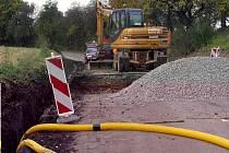 Za obcí Nětčice vyvěrala na silnici voda, před blížící se zimou ji proto v těchto dnech dávají dělníci Ze správy a údržby silnic do pořádku. V místě platí kompletní uzavírka až do 1. listopadu.