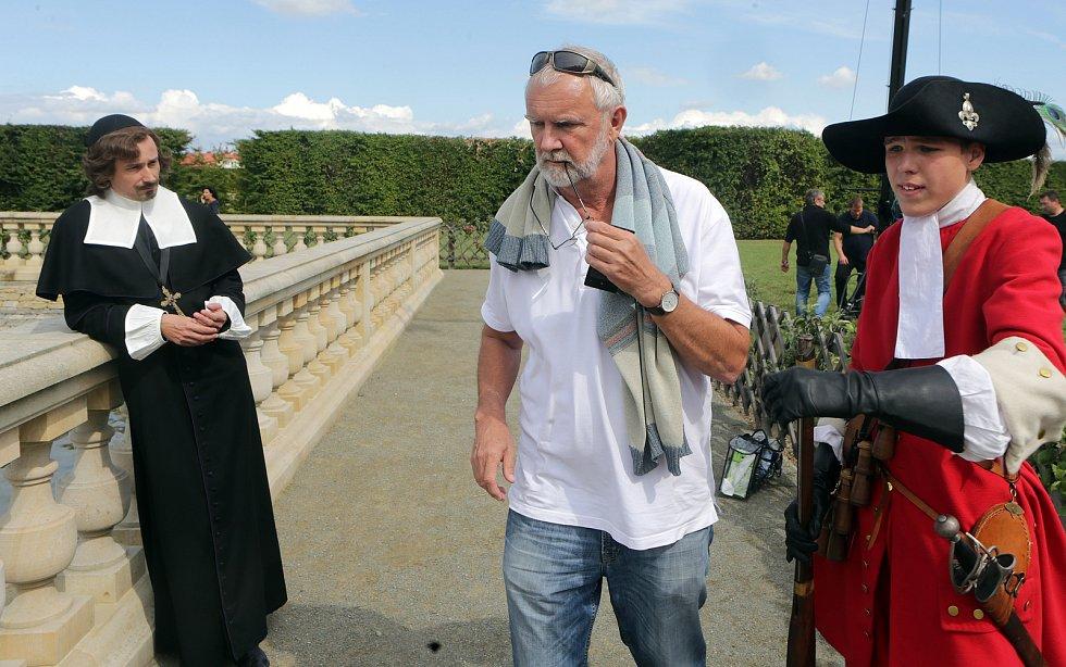 Režisér Theodor Mojžíš (uprostřed) s Jaroslavem Pleslem jako biskupem Karlem z Lichtensteinu - Castelcorna (vlevo) při natáčení v Kroměříži