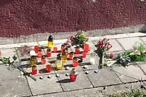 Na místo tragické nehody v Morkovicích v ulici Náměstí, kde v neděli přišla o život sedmapadesátiletá chodkyně, lidé nosí květiny a zapalují svíčky.