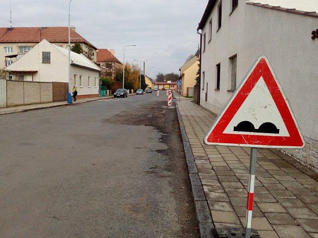 V Kvasicích opravují na přelomu října a listopadu povrch ulic Husova a Mírová: řidiči musejí počítat s omezením, hotovo by mělo být do konce listopadu.