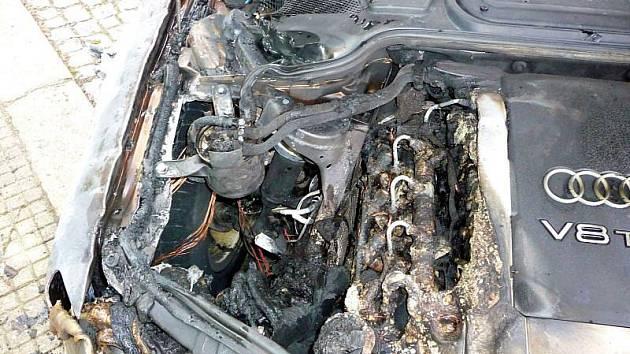 Třistatisícovou škodu způsobily plameny, které v úterý 16. března před jednou hodinou ráno kompletně zničily motorový prostor osobního auta Audi A8 zaparkovaného v ulici Kollárova v Kroměříži.