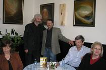 V kroměřížské kavárně Slávia vystavuje své obrazy Jiří Soška a šperky Milan Šanda. Slavnostní versnisáž se konala 12. května 2009.
