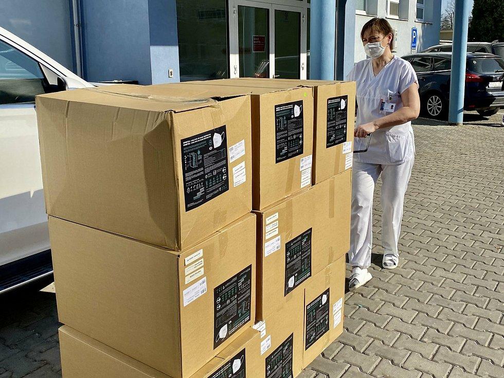 Zástupce společnosti SPUR předal Kroměřížské nemocnici první část nano respirátorů vyrobených na automatické lince věnované tchaj-wanskou vládou.