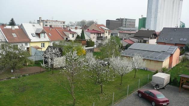 Pozemek v Kroměříži, kde by firma chtěla postavit výškovou budovu. Lidé z okolních domů se však takovému plánu brání a dopisem už protestovali na radnici.