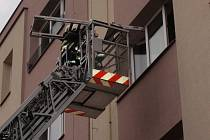 Uvězněným seniorům pomohli v Kroměříži z bytu hasiči