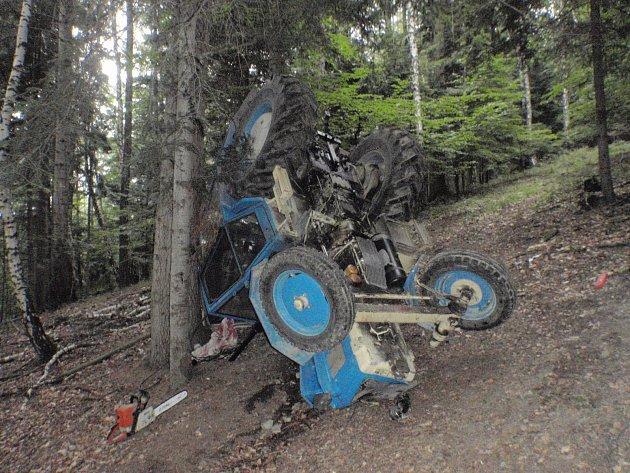 Při jízdě ve svažitém terénu nedaleko Rusavy se ve středu 12. července převrátil traktor: jeho mladý řidič se při nehodě zranil a na pomoc mu musel přiletět vrtulník záchranné služby.