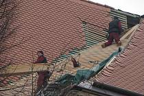 Dělníci opravují střechu kostela ve Střílkách.