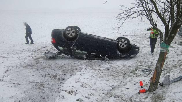Kvůli špatnému stavu vozovky se během hodiny staly ve stejné zatáčce dvě dopravní nehody.