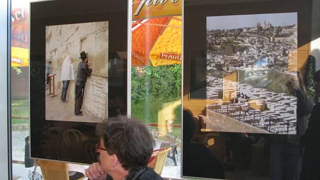 Do 9. května je v kroměřížské kavárně Scéna k vidění výstava fotografií Jiřího Čermáka