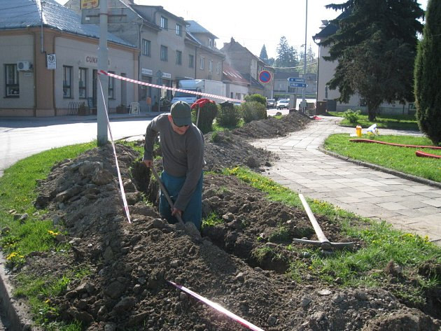 Ve Zdounkách pracují už od minulého týdne dělníci na zrušení stávajícího trafa, které už bylo nevyhovující.