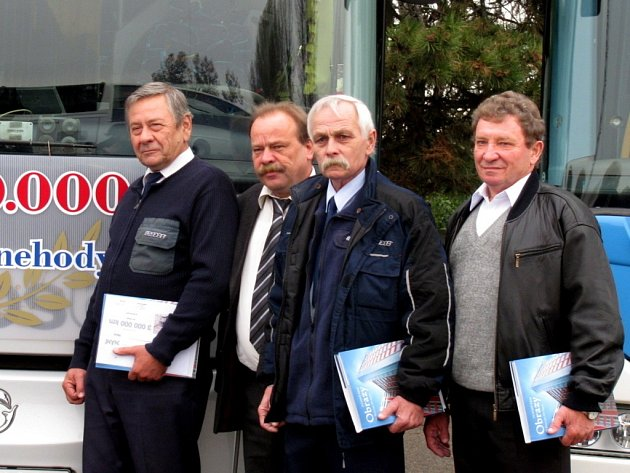 Kroměřížská dopravní společnost Krodos bus ocenila své řidiče za miliony kilometrů bez nehody.  Ředitel společnosti Luděk Ferenc se třemi oceněnými řidiči.