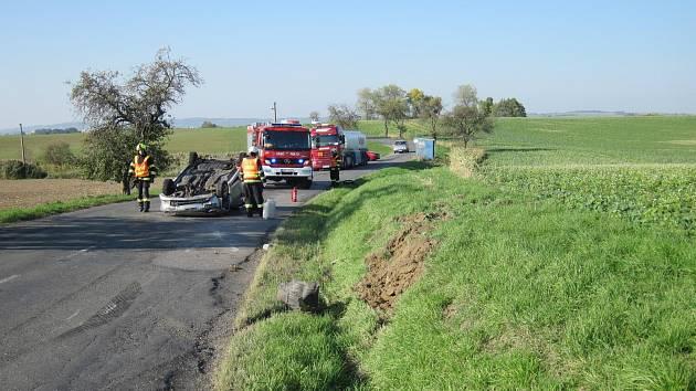 AUTO BLOKOVALO CESTU. Řidič narazil do příkopu, poté se auto přetočilo na střechu a zůstalo uprostřed cesty.