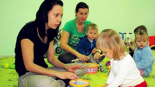 Od 1. listopadu 2010 funguje v kroměřížském Mateřském centru Klubíčko bezplatná hlídací služba, součástí je i miniškolička.