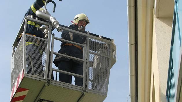Likvidaci požáru v kroměřížském Domově pro seniory si nanečisto vyzkoušeli tamní hasiči.