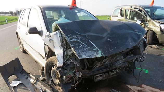 Vážnou dopravní nehodu museli v úterý krátce před pátou odpoledne řešit policisté a záchranáři u nájezdu na dálnici D55 nedaleko Hulína. Zraněni při ní byli tři lidé.