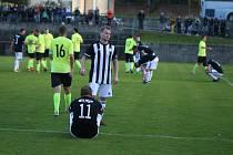 Fotbalisté Holešova (bílo-černé dresy) v derby nestačili na Skaštice 0:3.