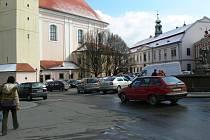 Nynější parkoviště na Riegrově náměstí v Kroměříži možná časem nahradí tržnice.