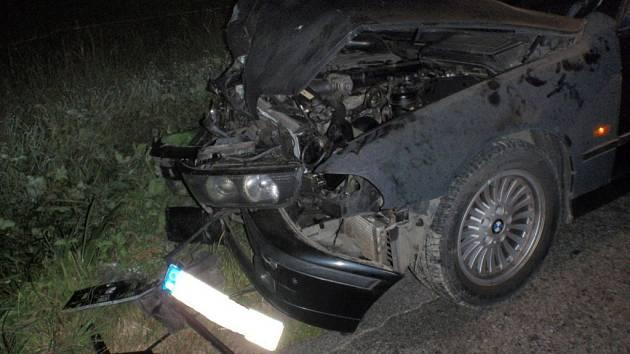 Vozidlo narazilo do svodidel a zůstalo stát na krajnici komunikace.