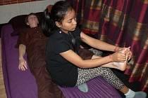 Khmérská másáž je ve střední Evropě novinkou. Tuto masáž nabízí jedno z kroměřížských sportcenter. Provádí ji rodilá Kambodžanka.