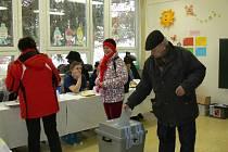Také na Kroměřížsku začalo v pátek 25.1. ve 14:00 hodin druhé kolo prezidentských voleb. Začátek hlasování provázel značný nápor voličů, leckde se tvořily dokonce fronty. Na snímku je volební místnost na kroměřížské Základní škole Slovan.