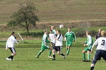 Fotbalisté Lubné B (v zeleném) nečekaně prohráli na hřišti Dřínova.