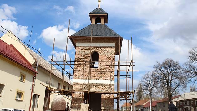Práce na obnově všetulské zvonice po zimní pauze opět pokračují. Kromě dokončování stavby se spolek Všetuláci sobě připravuje také na navrácení Hanáckého práva.
