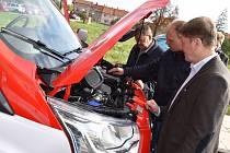 Dobrovolní hasiči z kroměřížkých místních částí Bílany a Postoupky převzali ve středu 4. října nová auta. Celkem stála téměř dva miliony a nahradila stávající letitou techniku.