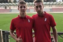 Mladý útočník Kroměříže Ondřej Berčík (vlevo) pózuje se spoluhráčem na stadionu Hanácké Slavie.