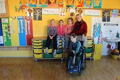 Snímek dětí z letošní první třídy Základní školy F. Vančury v Kroměříži s třídní učitelkou Mgr. Ivanou Baštincovou