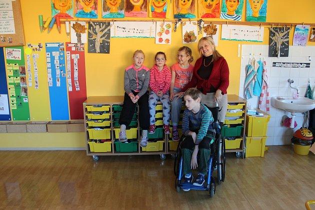 Snímek dětí zletošní první třídy Základní školy F. Vančury vKroměříži střídní učitelkou Mgr. Ivanou Baštincovou