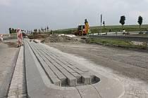 Kruhový objezd, který nahradí dopravní značení na nebezpečné křižovatce u Bezměrova, by měl být hotový do konce listopadu.