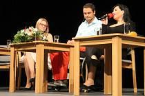 Michal Viewegh, Martin Zach, Adam Rieger a Andrea Kalivodová: tito hosté ženy regionu Michaely Mikulenkové, která si je pozvala do Domu Kultury, povykládali v úterý v podvečer své životní příběhy, které je sice zasáhly, ale posunuly dál.