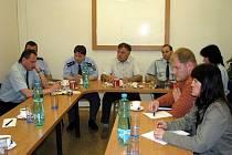 V úterý 11. května 2010 přijali pozvání Městské policie Kroměříž zástupci několika supermarketů ve městě, společně hledali řešení potíží se žebráky objevujícími se v okolí obchodů.