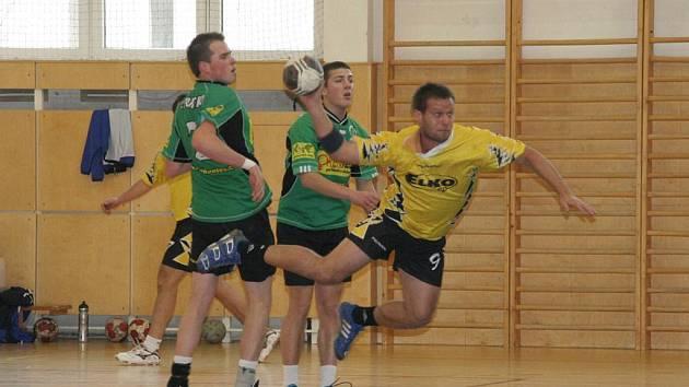 Tomáš Balůsek (ve žlutém) zatížil konto soupeře dvanácti góly.