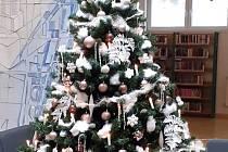 Knihovna Kroměřížska se už zahalila do vánoční výzdoby.